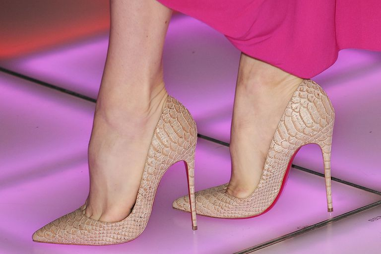 Close-up shot of Amy Adams' pink dress and neutral pumps, by Crhistian Louboutin.