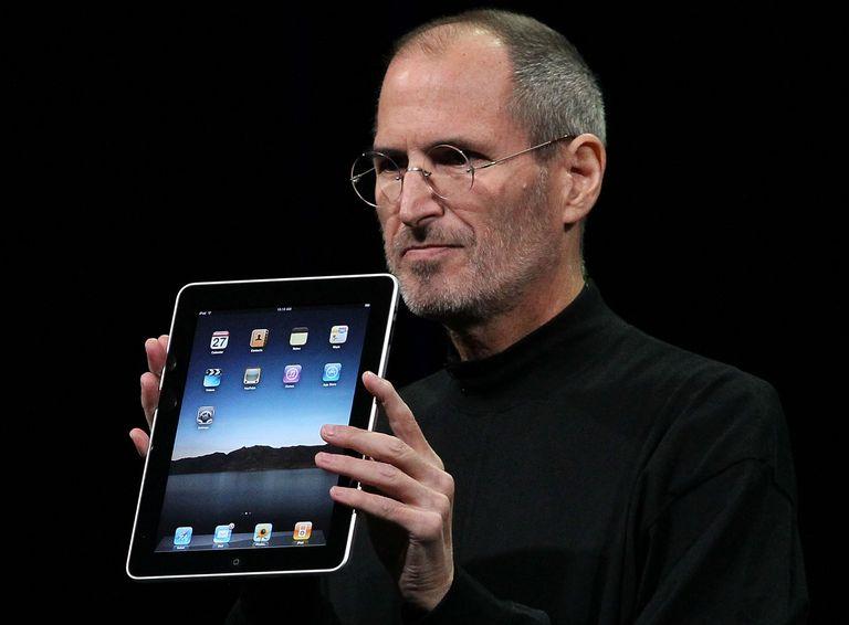 Steve Jobs displaying iPad
