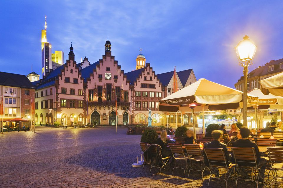 Romerberg square, the Zum Standesamtchen restaurant and the Romer, with the Commerzbank Tower in the background, Frankfurt, Germany