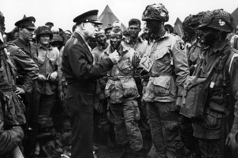 Dwight Eisenhower giving orders to American paratroopers in England. (June 6, 1944)