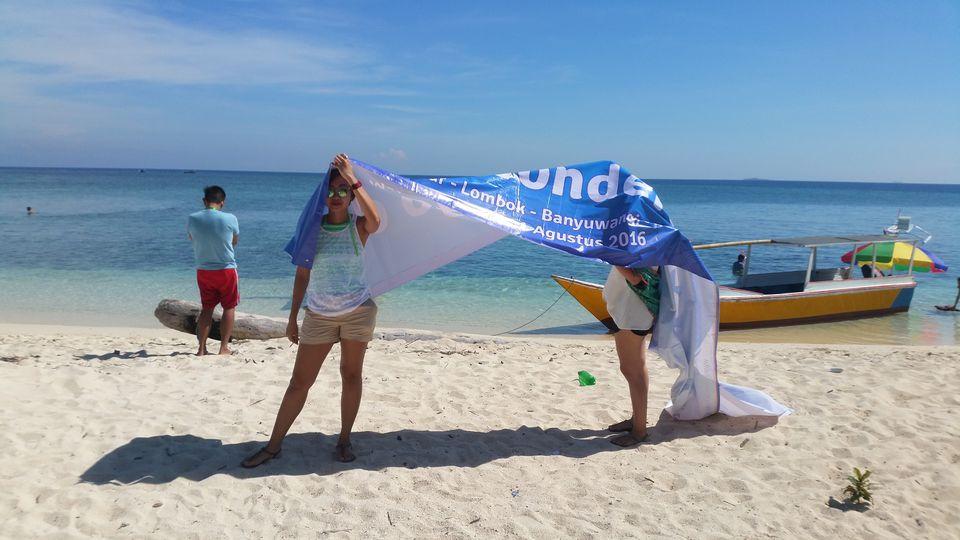 Avoiding the sun on Kodingareng Keke's beach, Indonesia