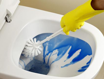 How to clean a bathroom in 15 minutes for Commercial bathroom cleaner