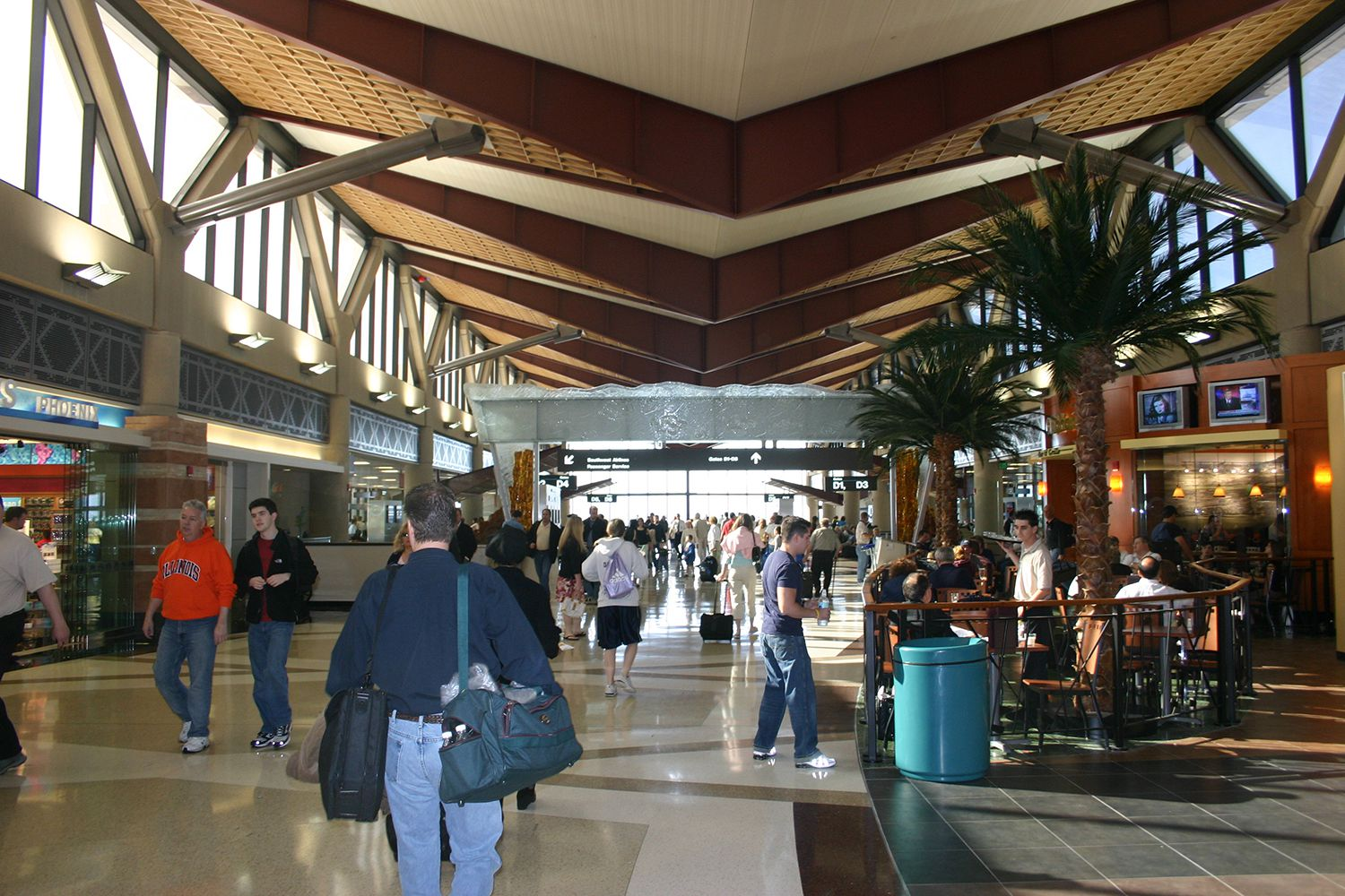 where to store luggage at phoenix sky harbor international. Black Bedroom Furniture Sets. Home Design Ideas