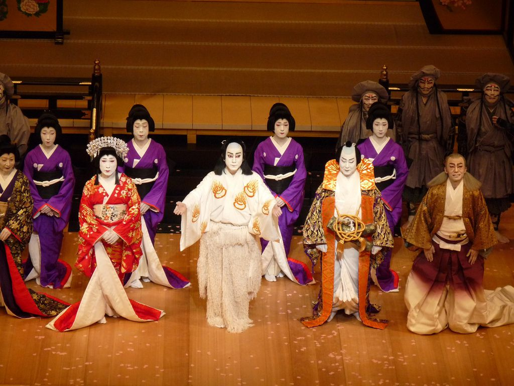 an analysis of the traditional form of japanese theater As noh became the shōgun ' s favorite art form, noh was able to become a courtly art form through this newly formed traditional japanese theater: an anthology of.