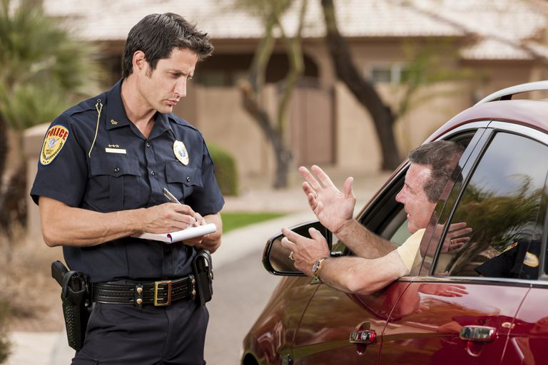 Policía multando a conductor