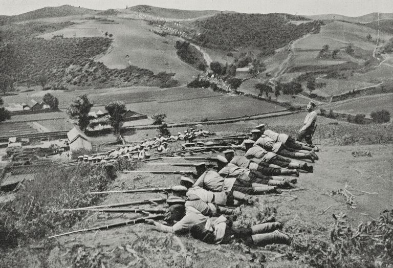 Russian riflemen in place, China, Russo-Japanese war, photograph by Leon Bouet, from LIllustrazione Italiana, Year XXXI, No 44, October 30, 1904