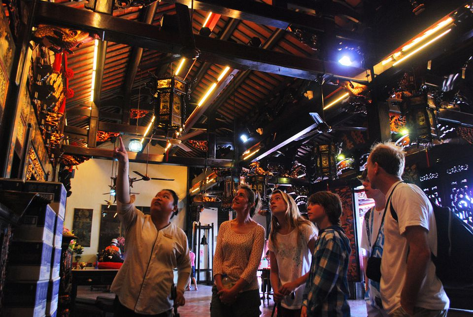 Tour guide explains Cheng Hoon Teng Temple to Malacca visitors
