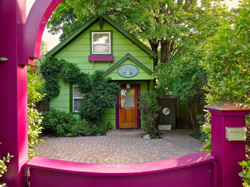 A green cottage rental in the US from HomeAway.