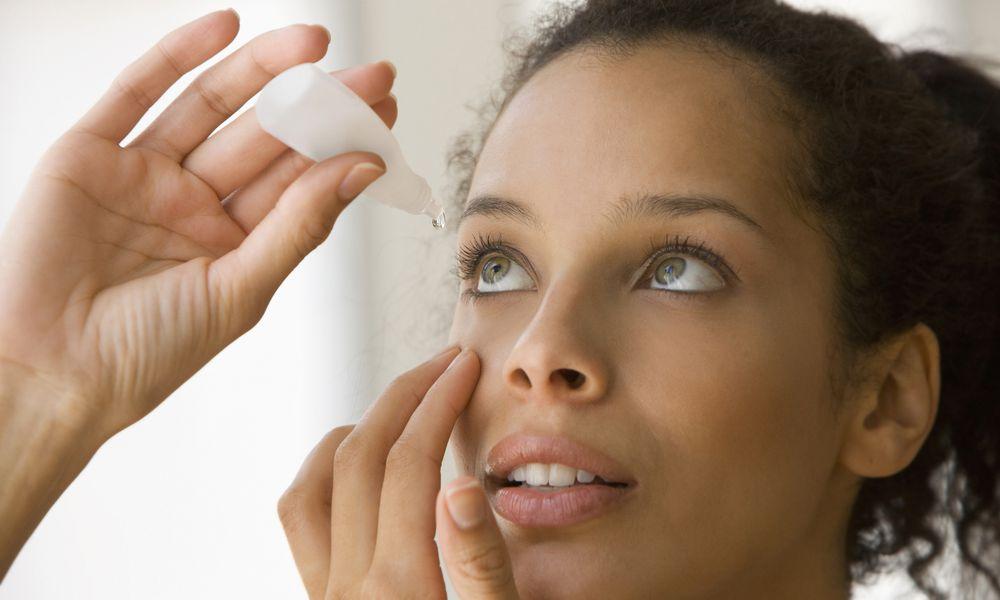 Instilling eye drops for dry eye