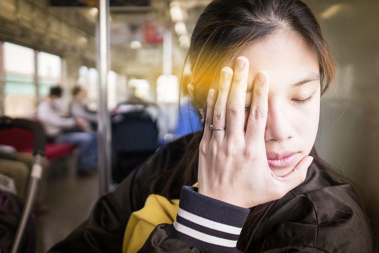 woman having eye pain