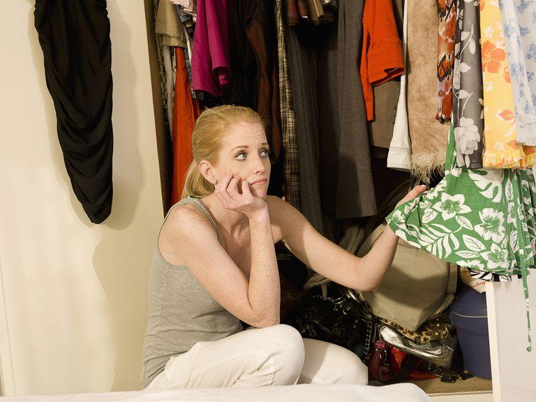 Mujer decidiendo ropa