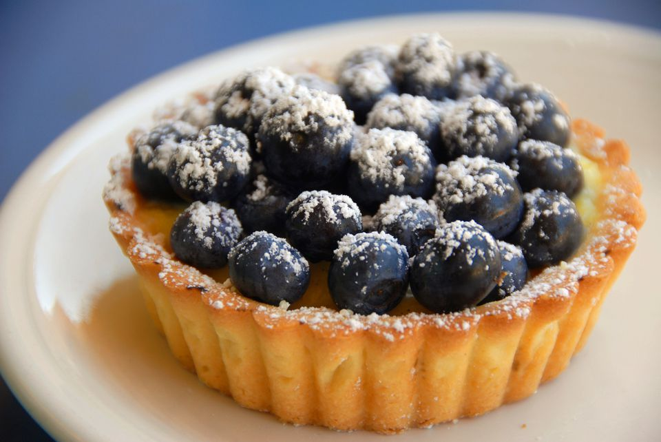 Blueberry tart with confectioners' sugar