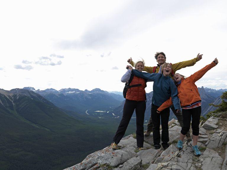 Familia en cumbre de montaña