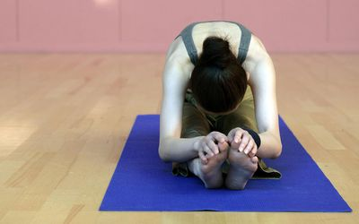 how to do catcow yoga stretch or chakravakasana