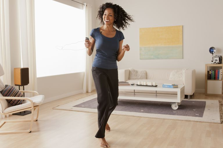 Mujer bailando en casa