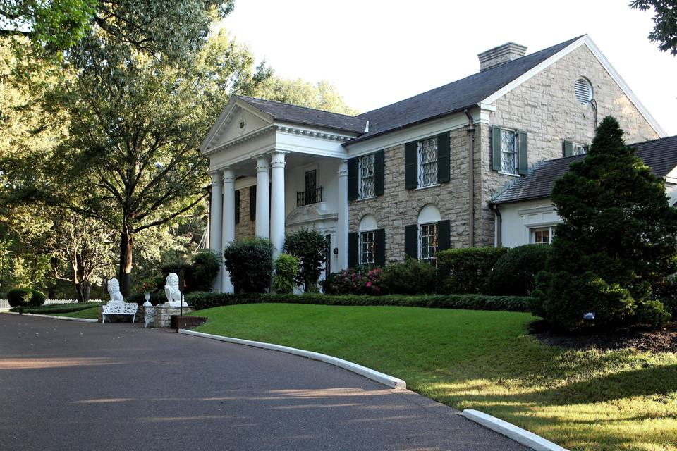 A Travel Guide For How To Visit Graceland On A Budget
