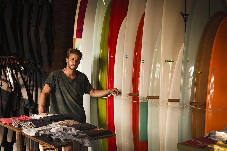 Un adolescente trabaja en una tienda dedicada al surf