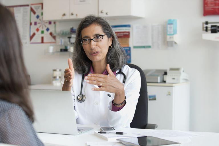 Doctora hablando con un paciente