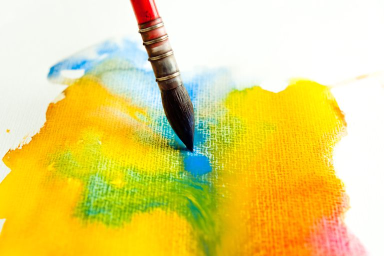 Acuarela mezclada con rojo azul y amarillo