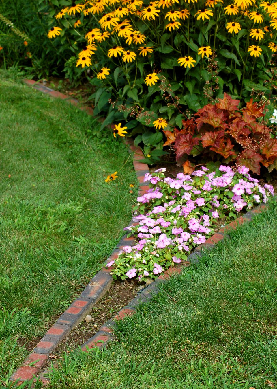Flower borders ideas to make your landscaping sizzle for Flower garden border