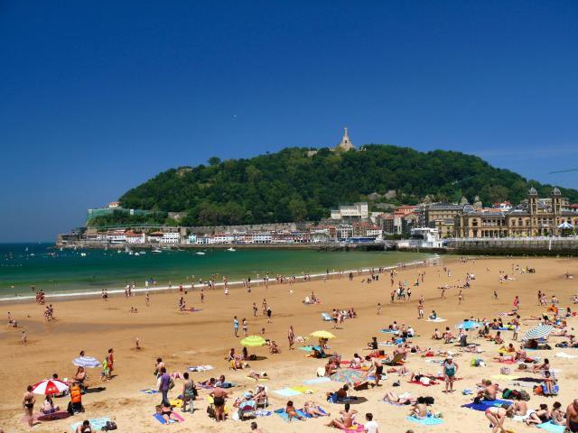 San Sebastian beach, covered in tourists