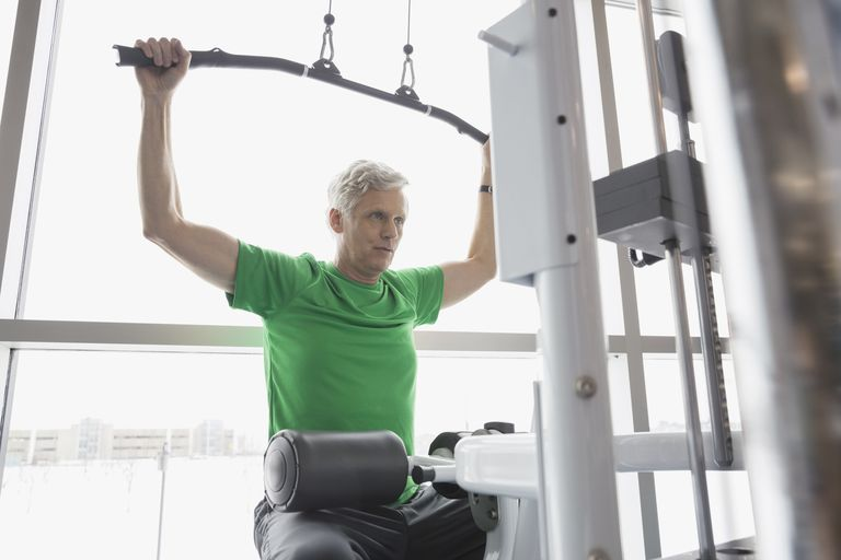 Man in starting position for the lat pulldown