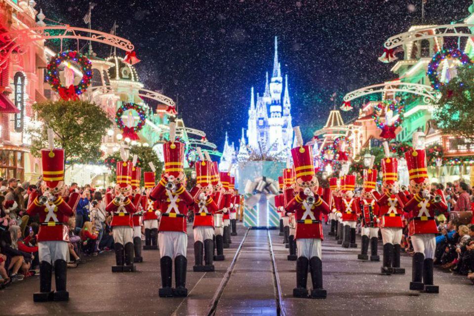 DisneyWorld_Xmas_OnceUponParade.jpg