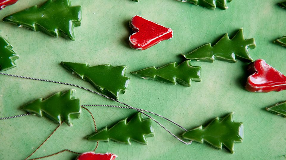 How to make simple ceramic Christmas decorations