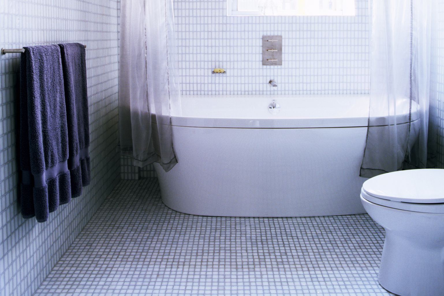 The best tile ideas for small bathrooms dailygadgetfo Gallery