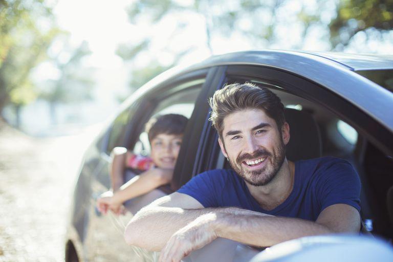 Familia latina en auto.