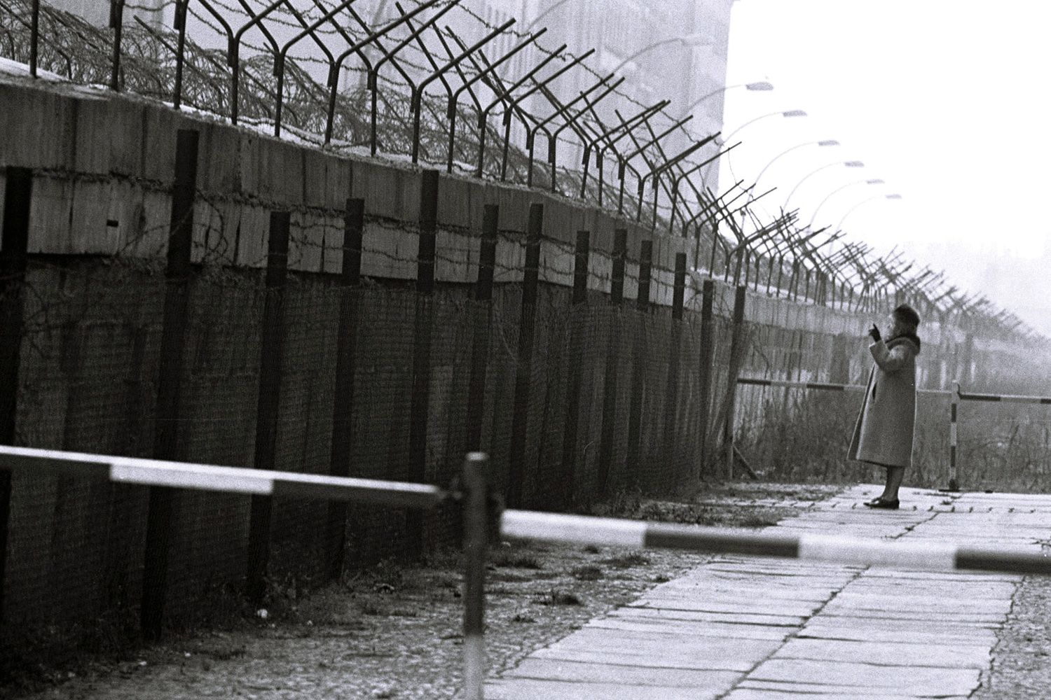 history outline of the berlin wall Emigration from east berlin to west berlin to escape communism and live a  better life under capitalism  overall summary  kennedy refused to do  anything about it so khrushchev had the berlin wall built 'to keep spies out.