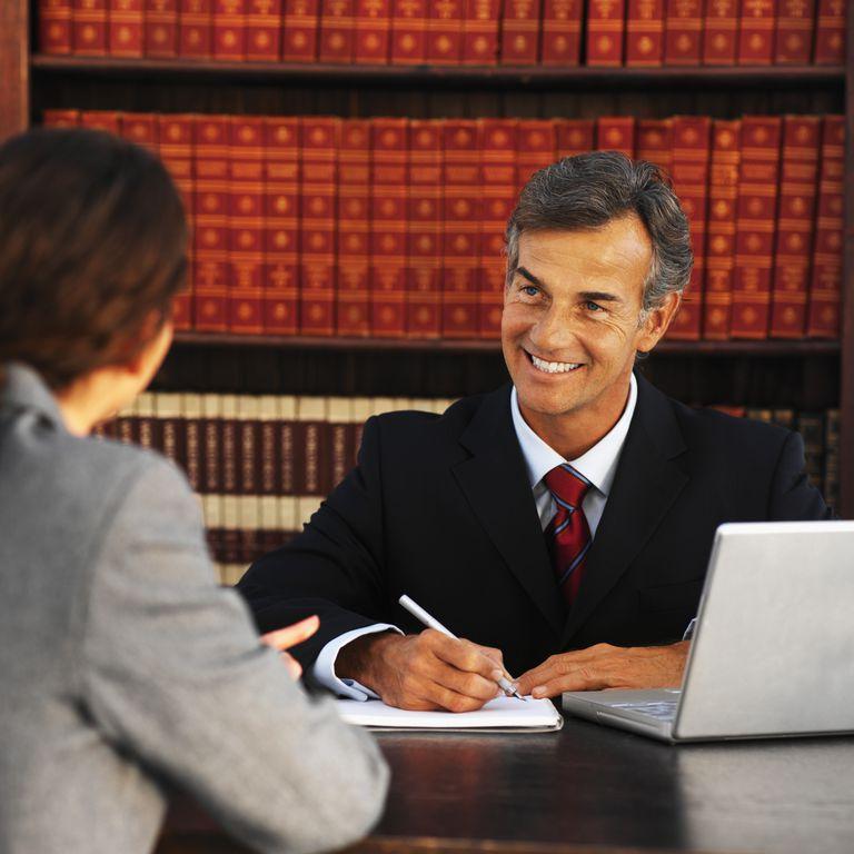Abogado y cliente analizando una moción para reabrir caso