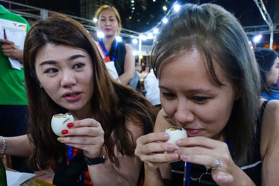Manila tourists trying balut for the first time