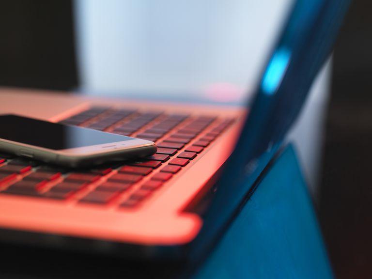 Teléfono y computadora