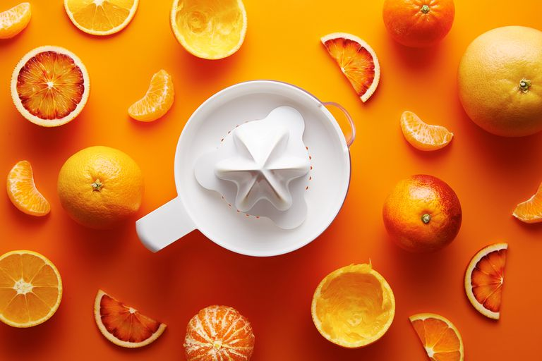 Oranges and a juicer