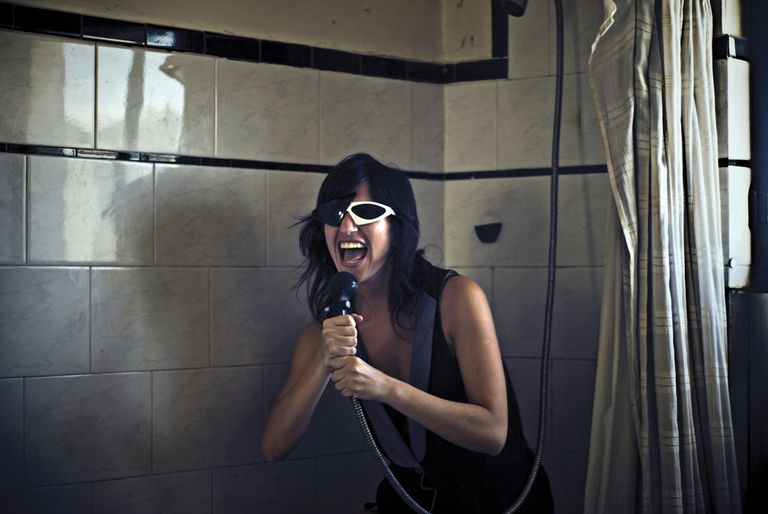 Mujer cantando en la ducha