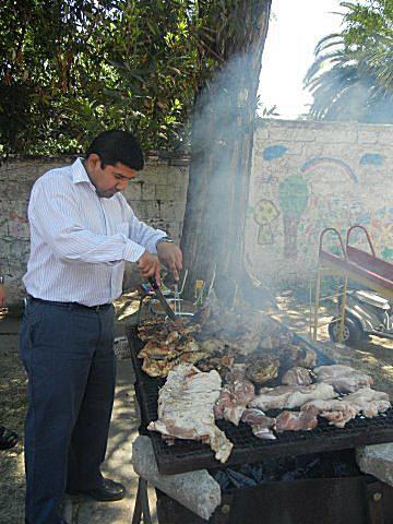 El humo impregna la carne con su sabor.