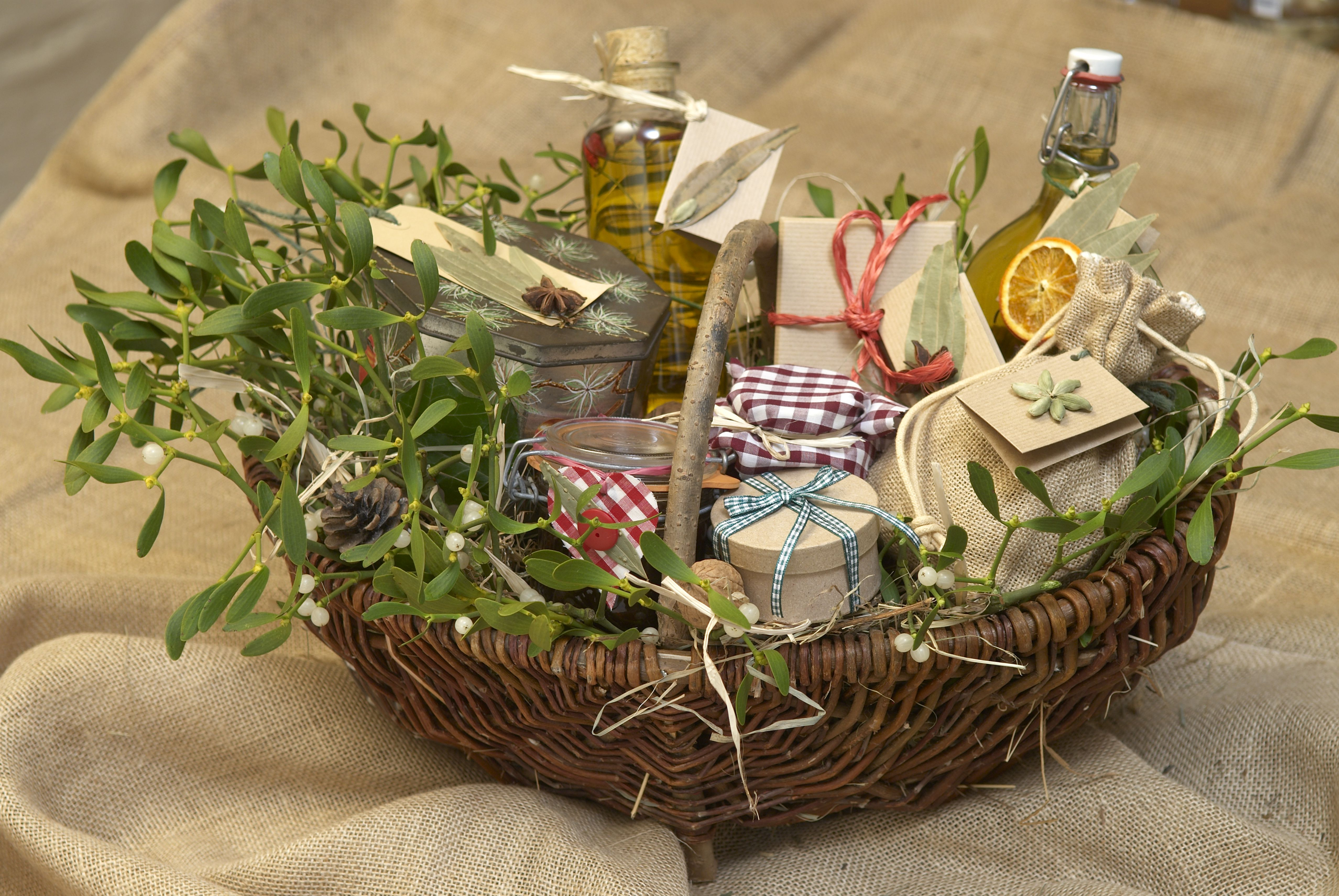 Make your own personalized cocktail gift basket negle Images