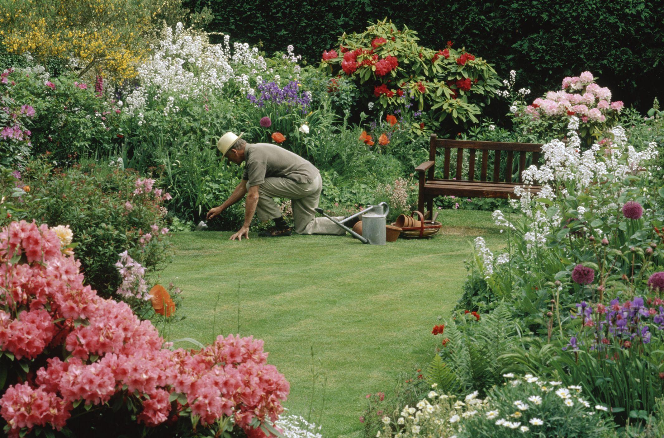 keep the summer flower garden in bloom On flower garden maintenance