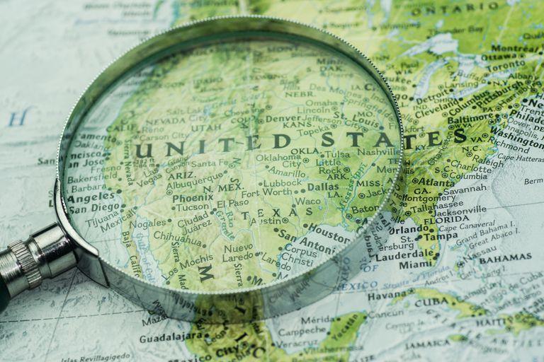 Lupa sobre mapa de Estados Unidos