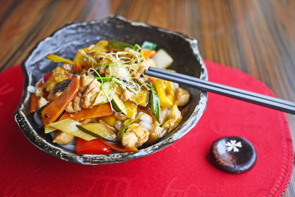 Bowl with Chinese noodles, vegetables and chicken meat