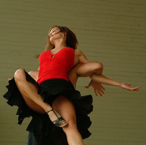 mujer bailando salsa