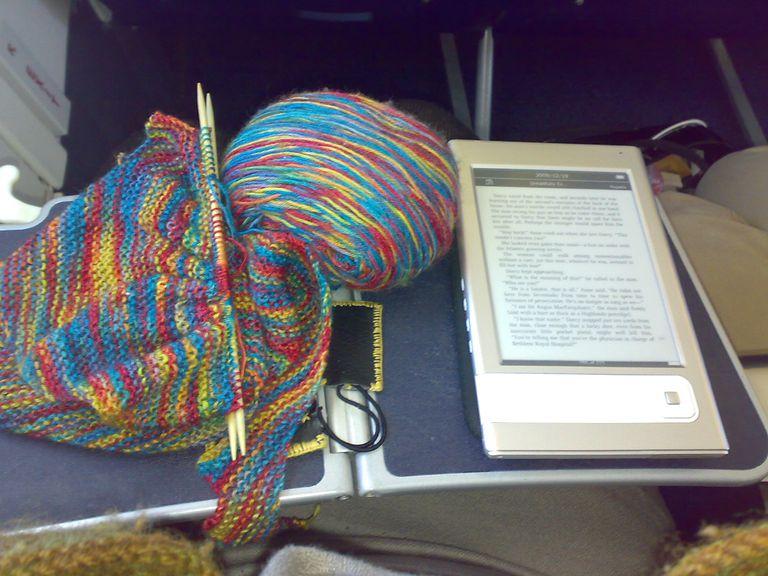 Tejiendo y leyendo en el avión