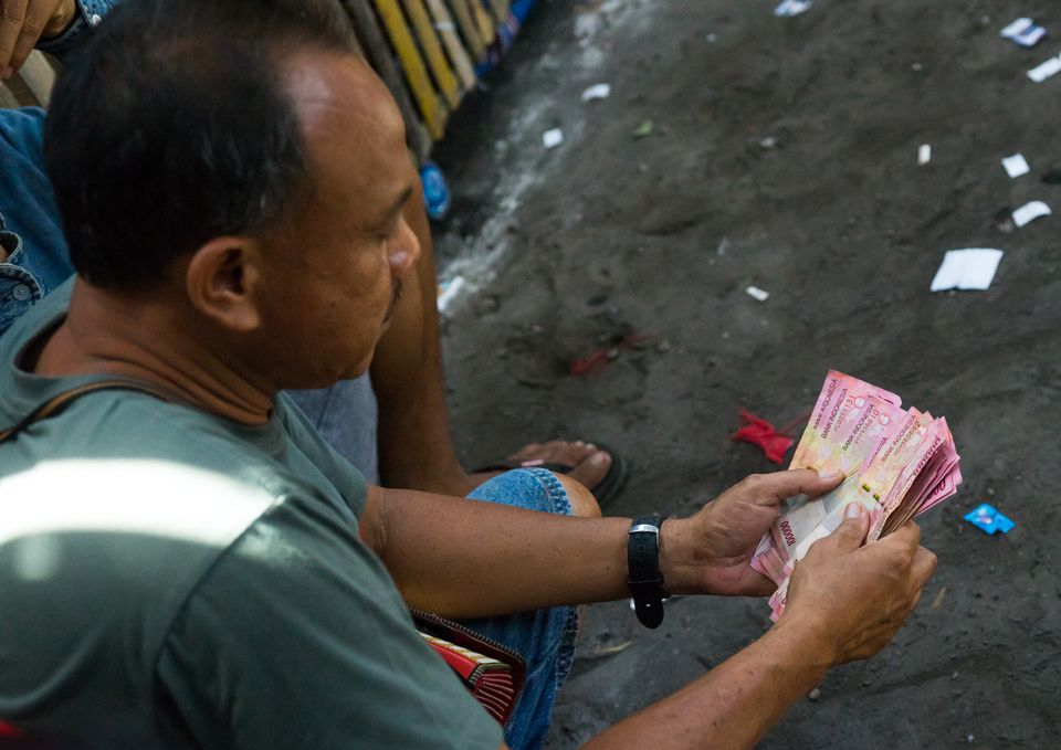 Man counting money in Bali