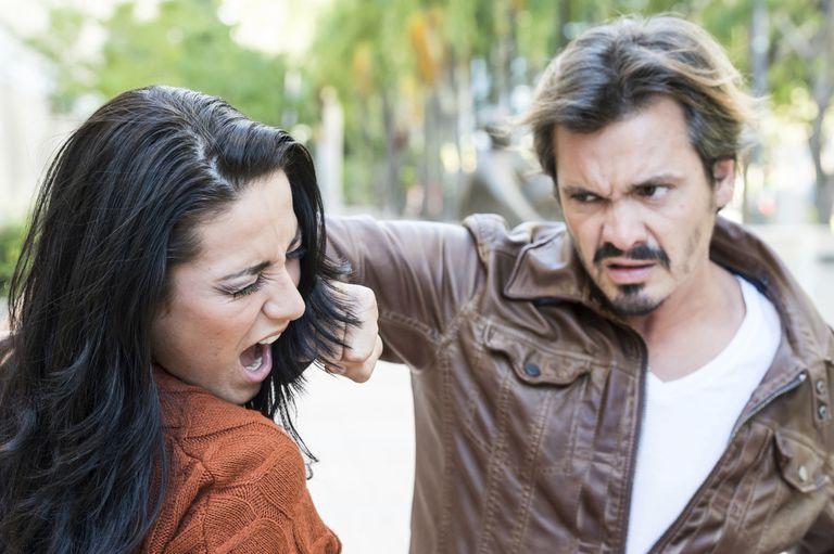 Un varón pegando a una mujer