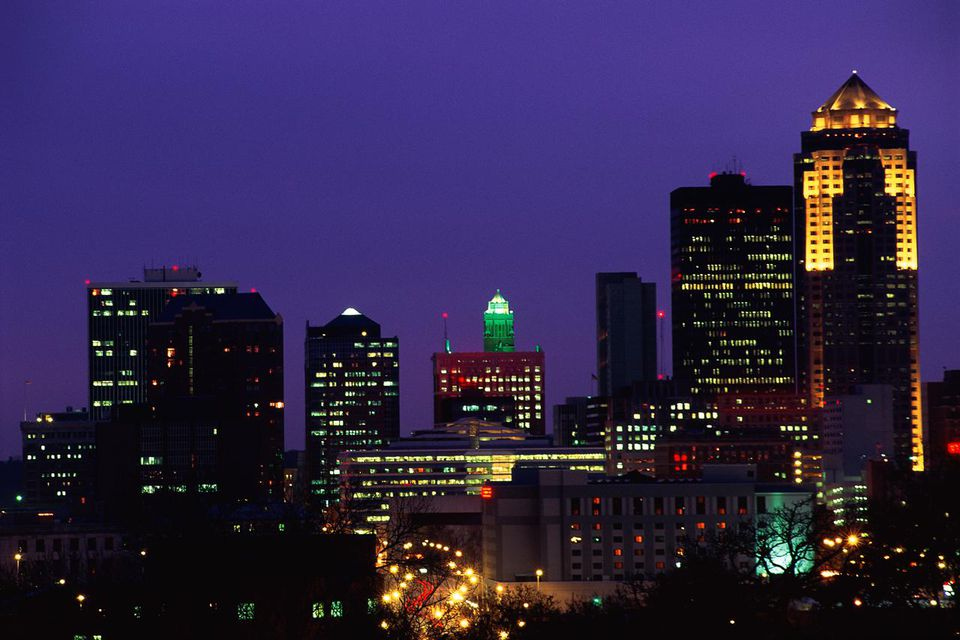 Des Moines skyline at night