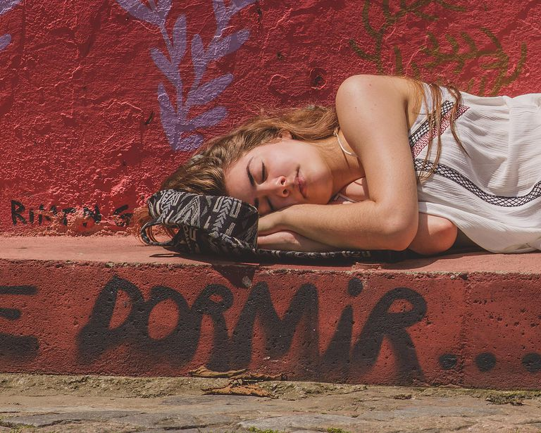 woman sleeping for article on dormir