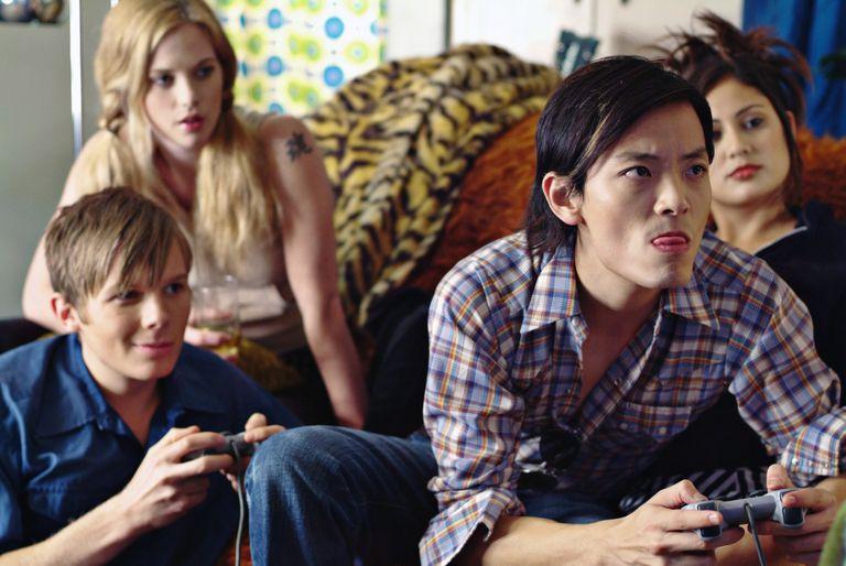 Amigos jugando videojuegos