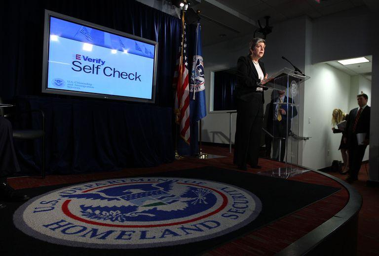 Janet Napolitano presentando el programa e-verify