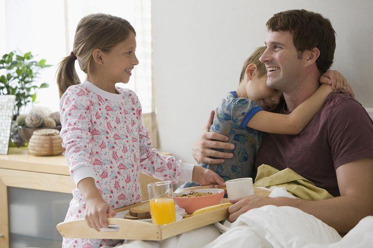 Niños llevan desayuno al papá en el día del padre